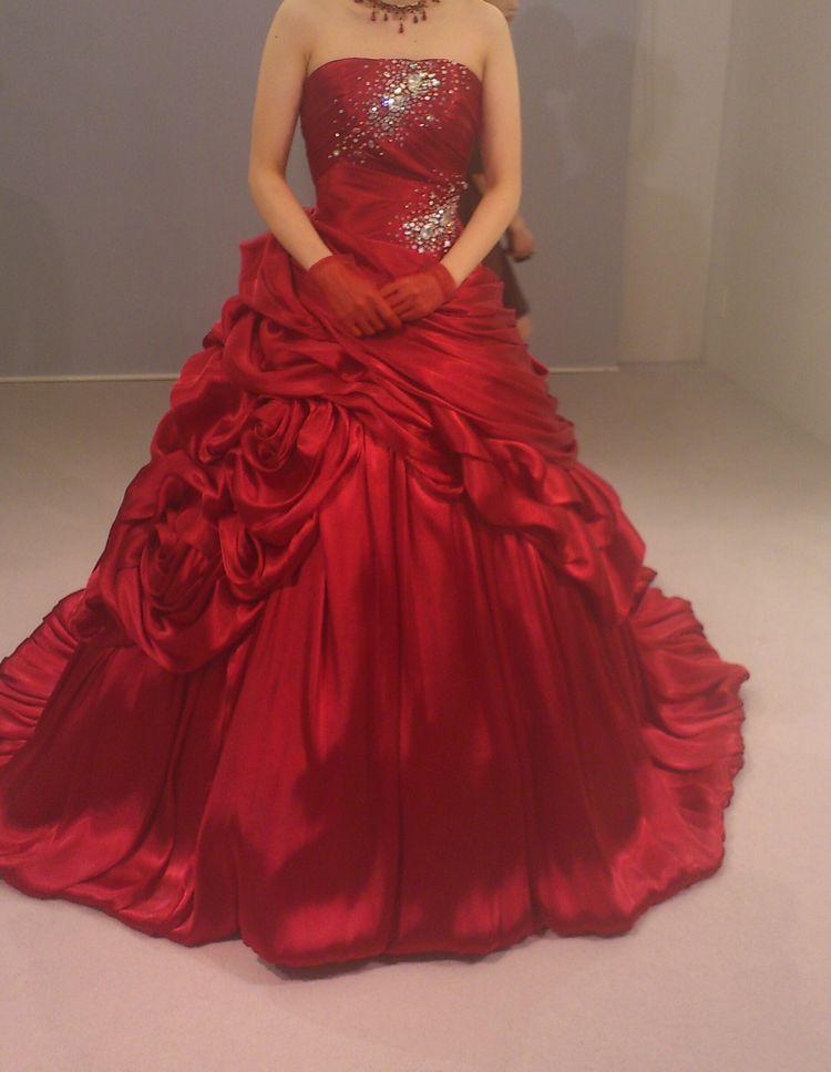 鮮やかな赤色のドレス
