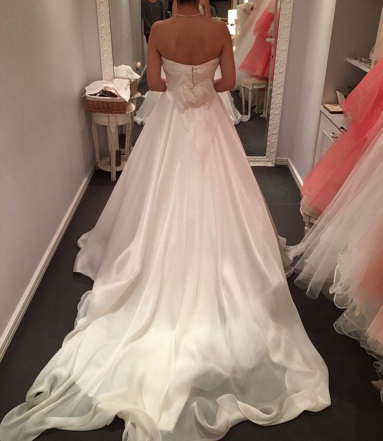 シルクが美しく、シンプルなドレス