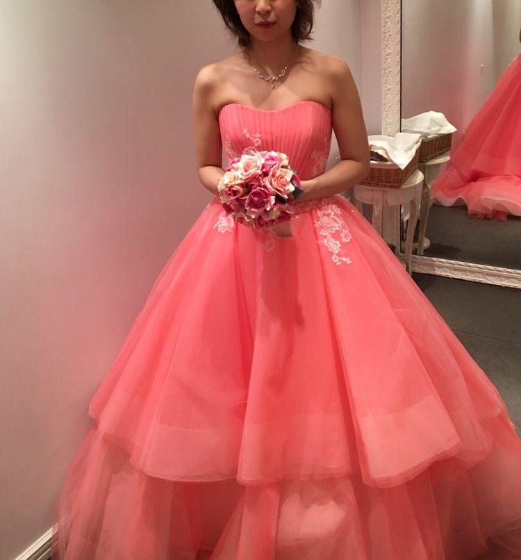 シンプルですがカラーが印象的なドレス