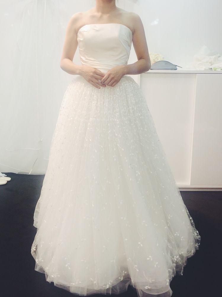 スカートの刺繍がかわいいウエディングドレス