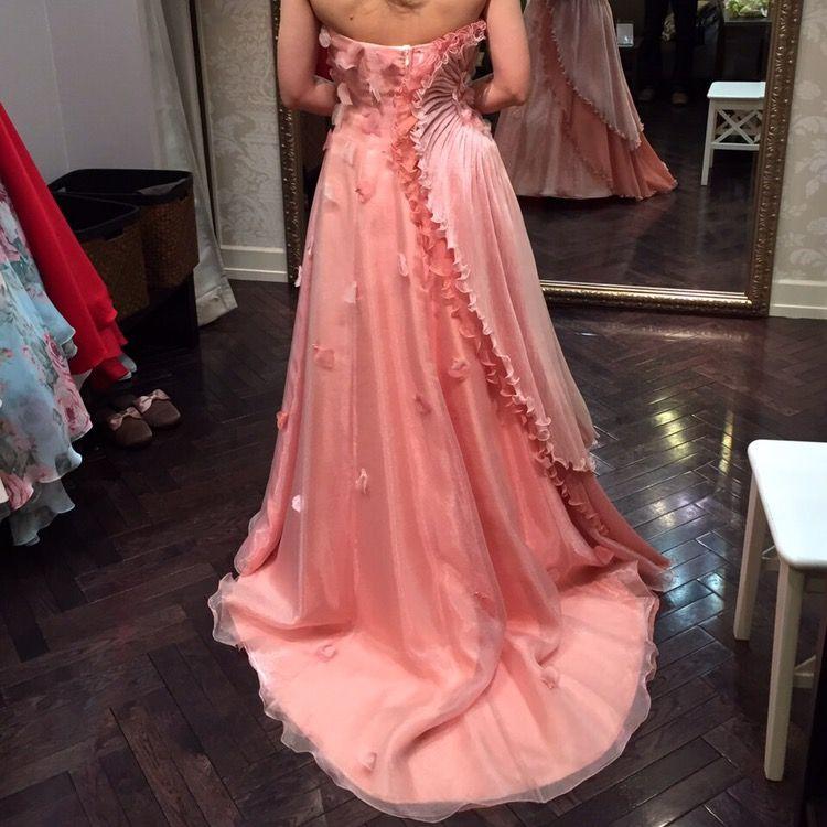 他にないデザインが決め手!かわいらしいサーモンピンクのドレス
