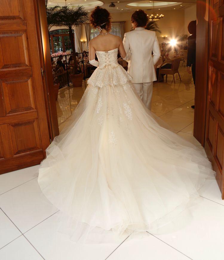 スタイルが良く見えるシンプルなドレス