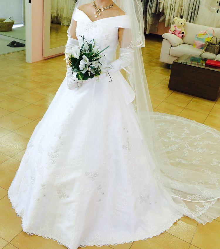 鎖骨ラインが綺麗に見えるドレス