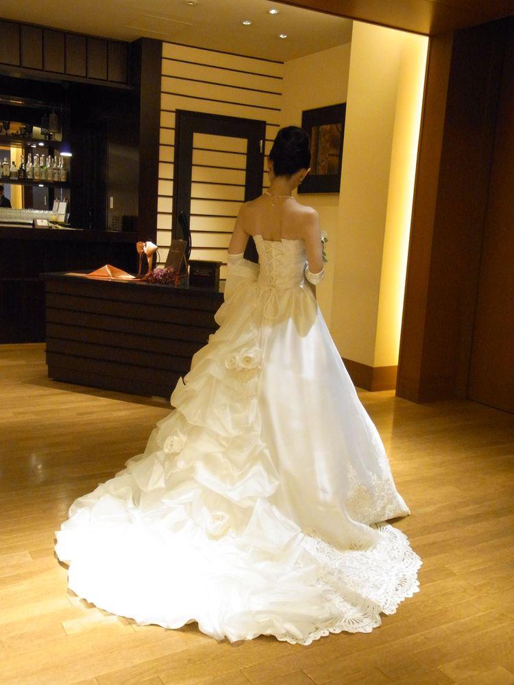 見る角度で印象が変わるドレスです。