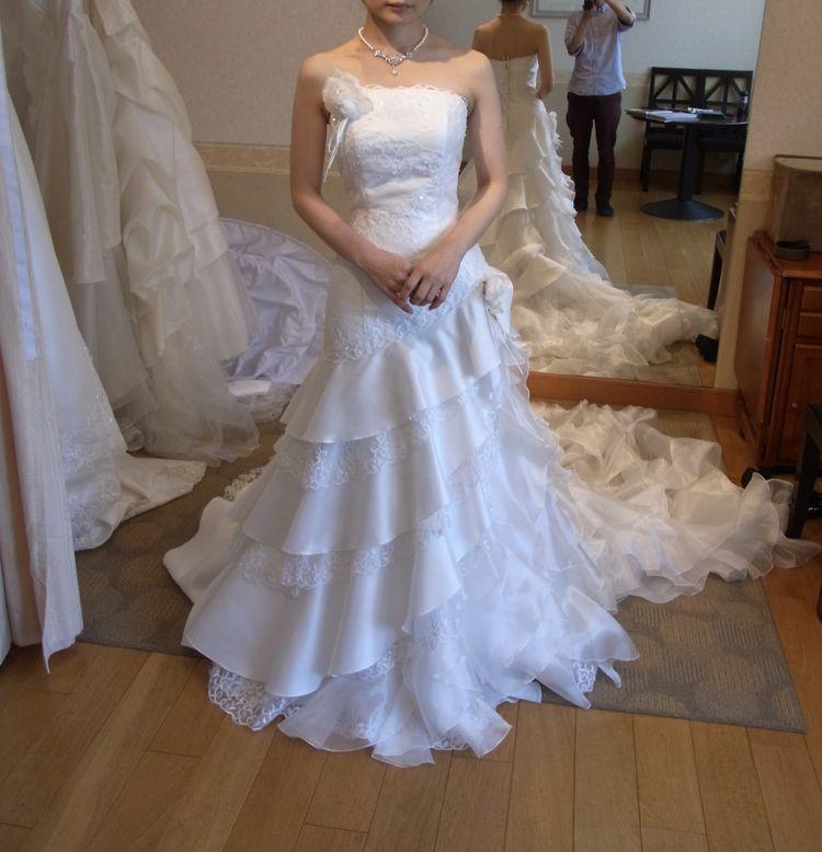 シンプルで格好良く見えるけど、フリルが可愛らしいドレスです
