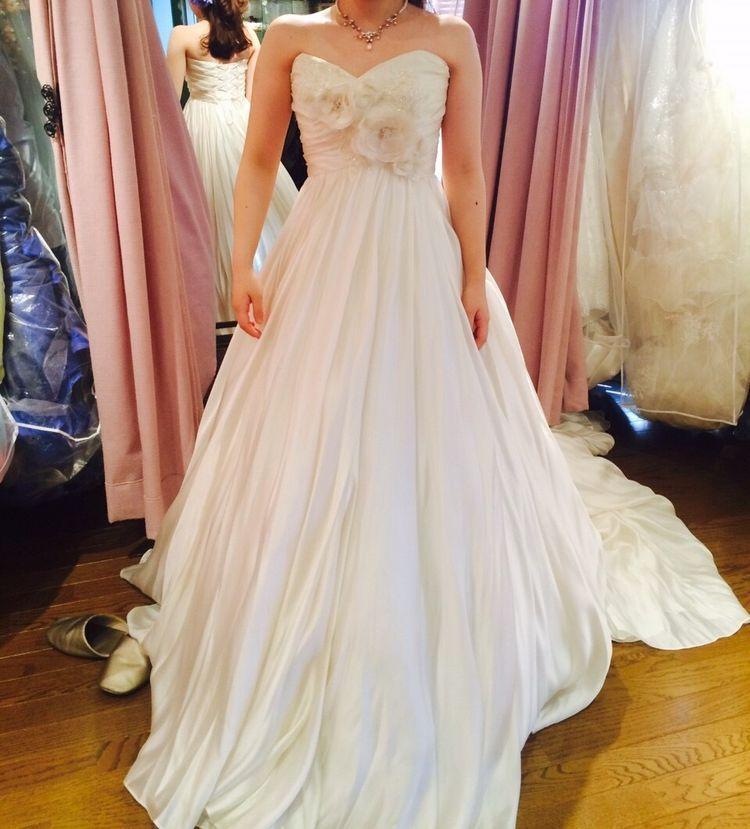胸元のお花が可愛らしいドレス!