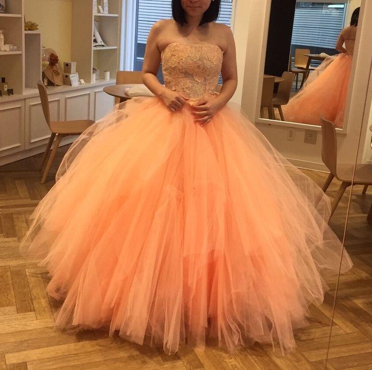 サーモンピンクのふわふわドレス