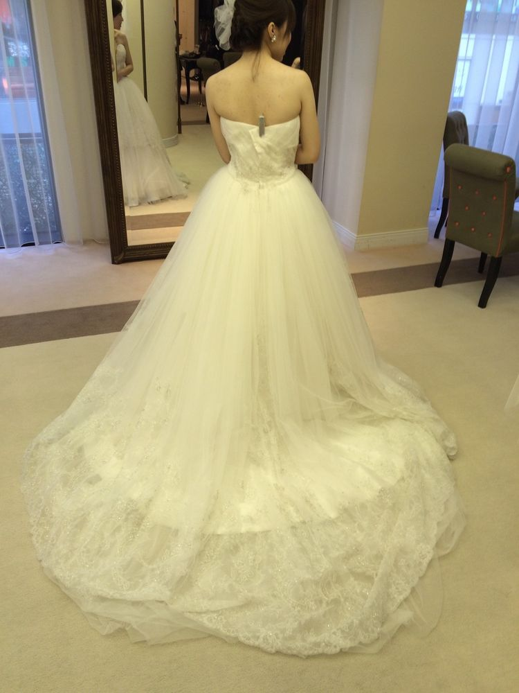 バラのついた厚手のウェディングドレス