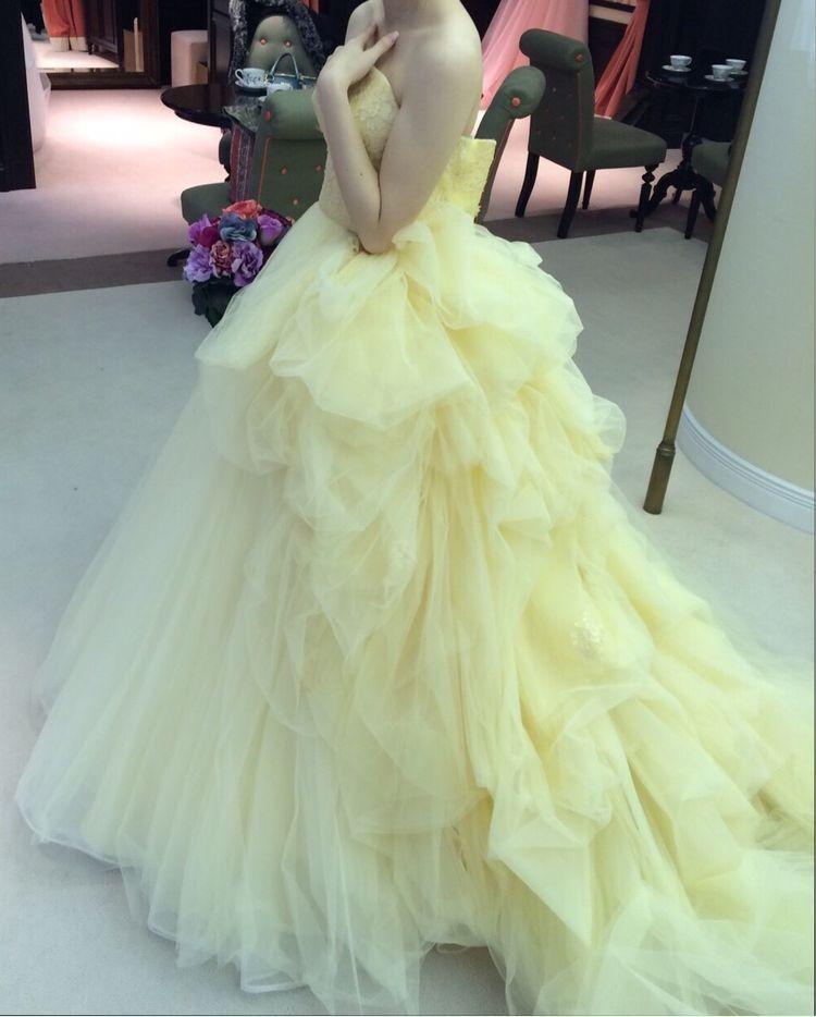色の鮮やかな黄色いドレス