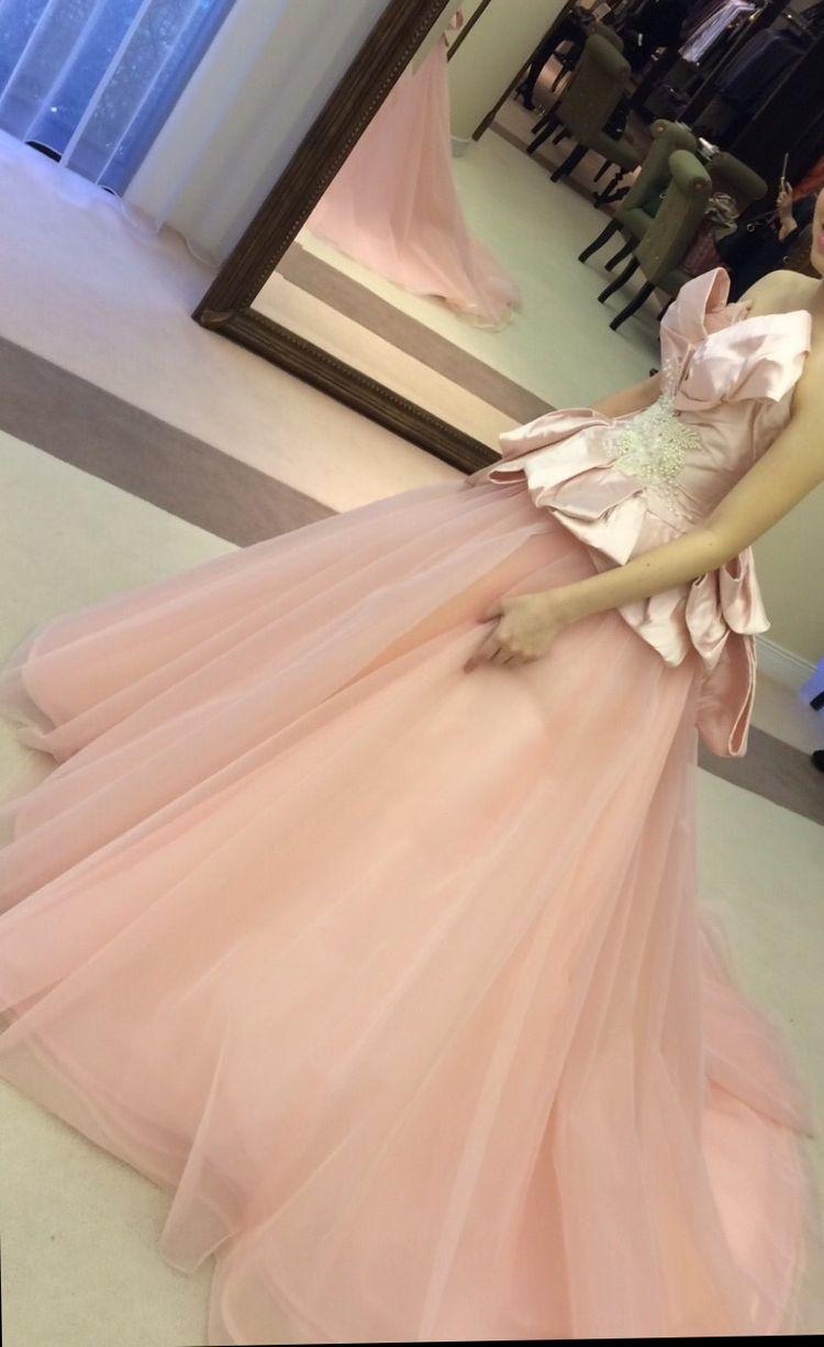 ピンク色の胸元リボンドレス