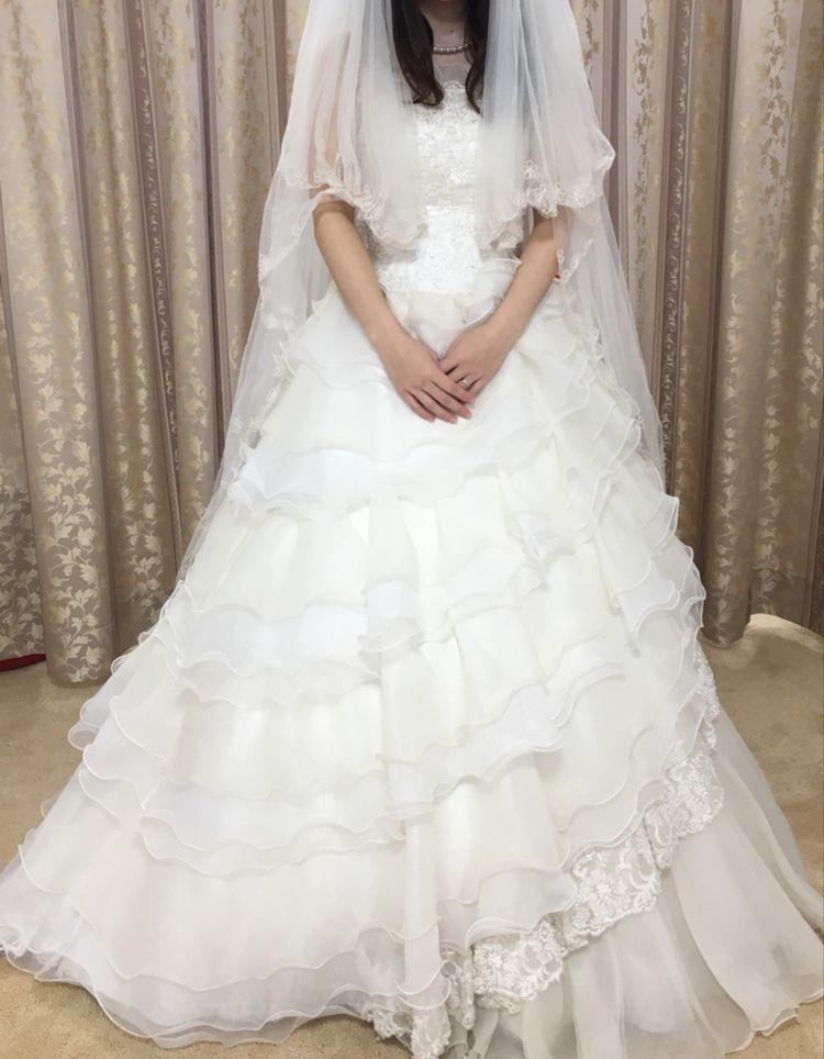 フリルがかわいいキュートなウェディングドレス