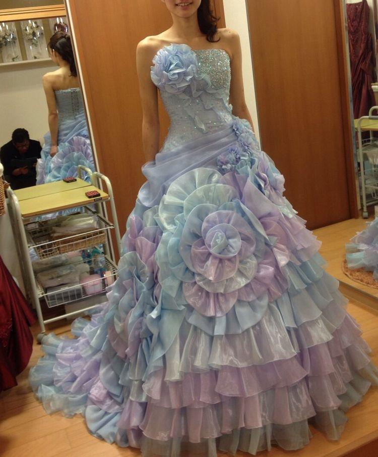 個性的なデザインのドレスです