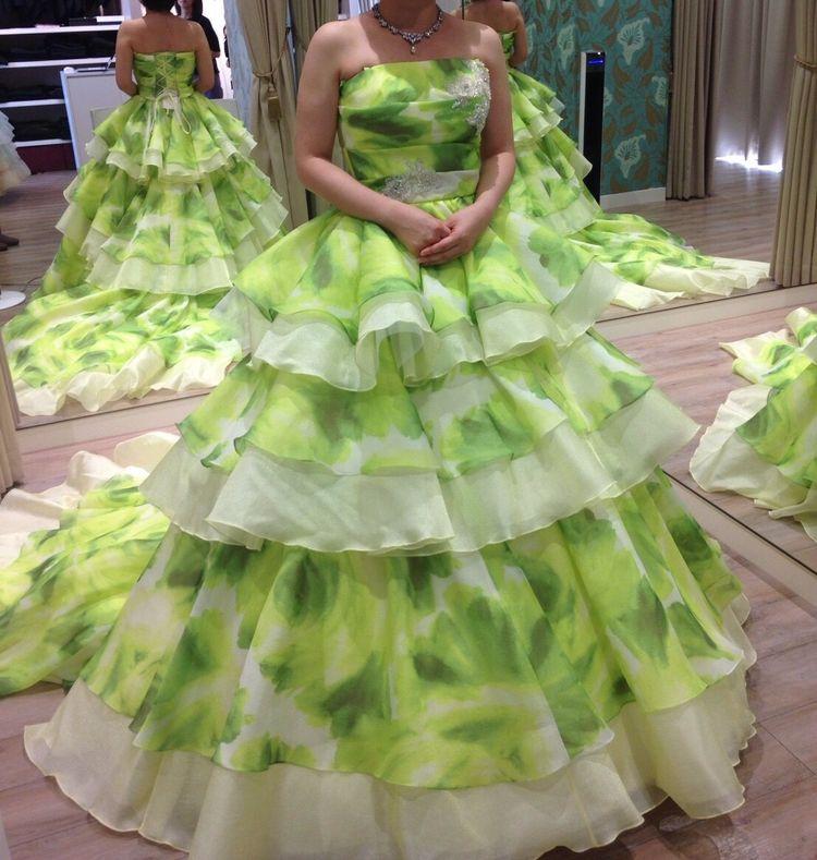フリルでボリューミーなグリーンドレス