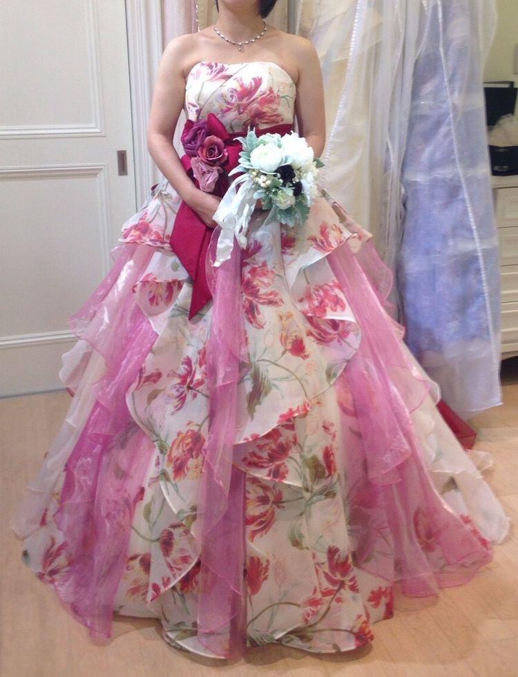 夜景にも映えるロマンチックなフラワープリントのドレス