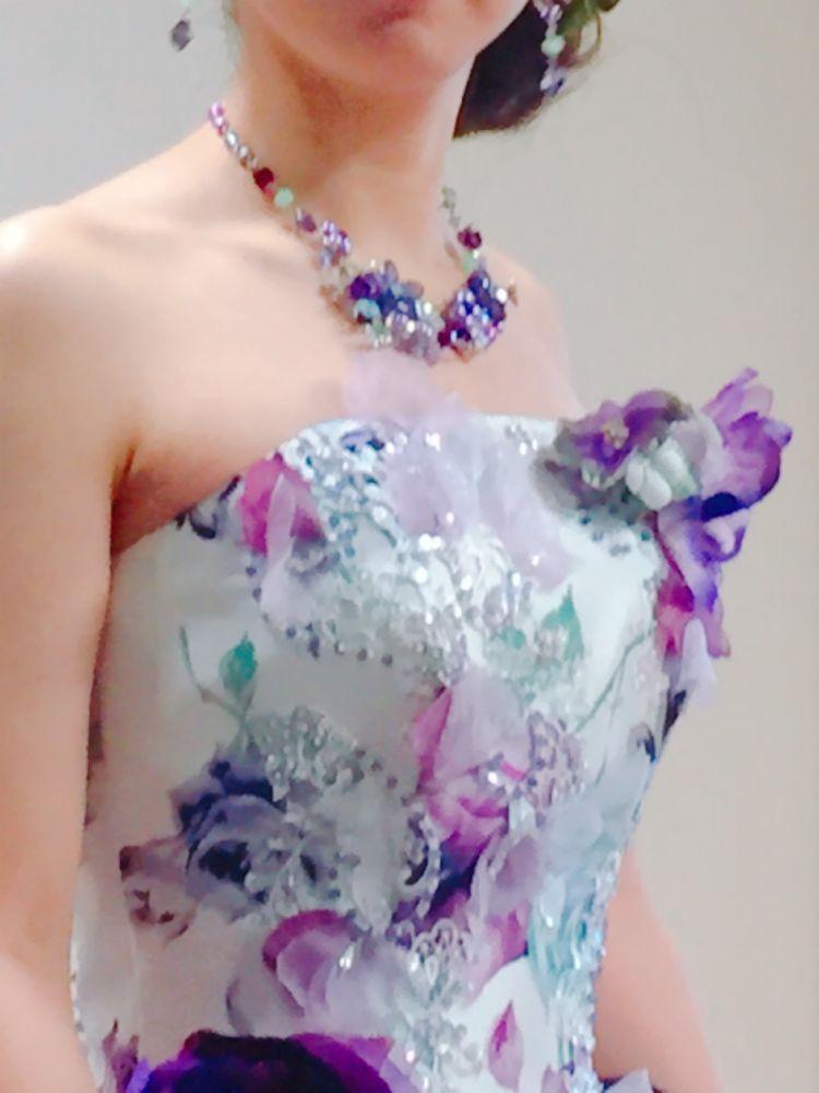 佐々木希デザインのキュートでモダンなドレス