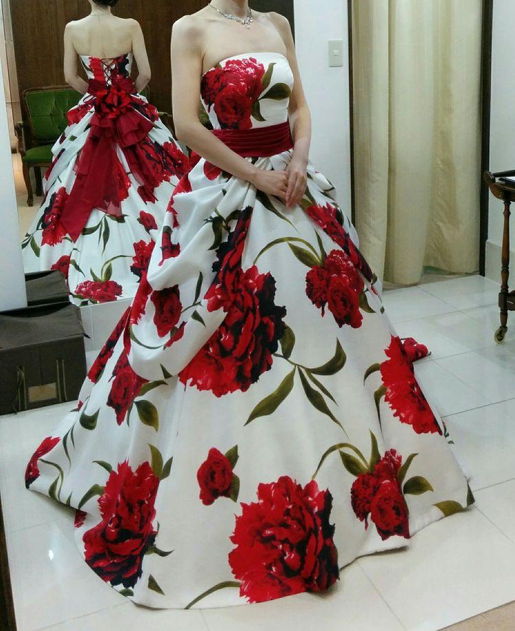 目を引く華やかなドレス