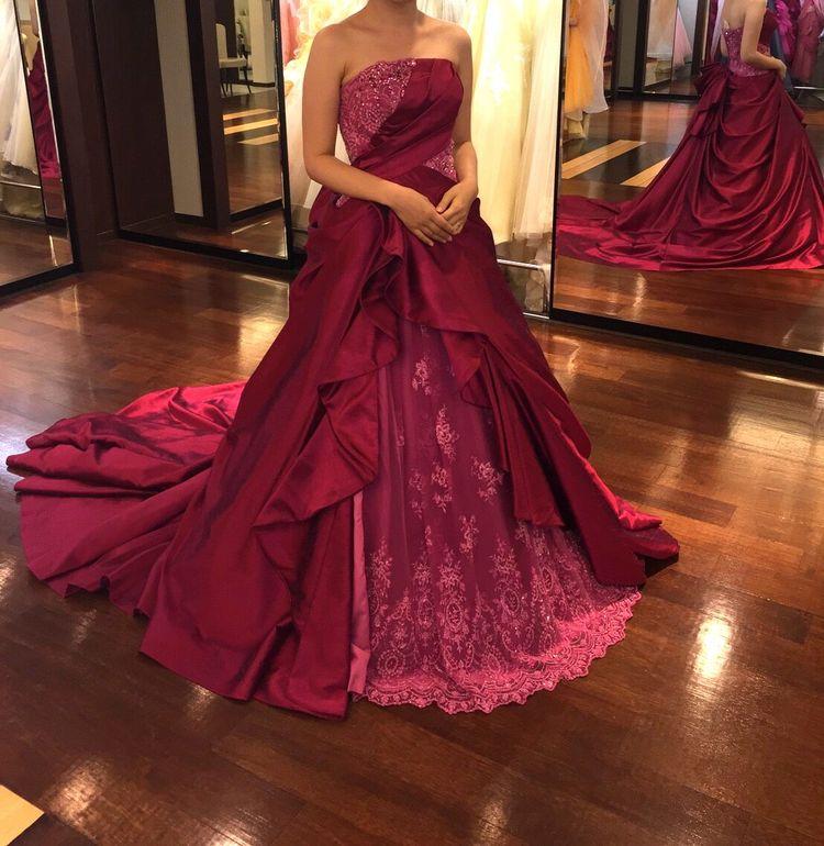 濃いピンクのクラシカルなドレス