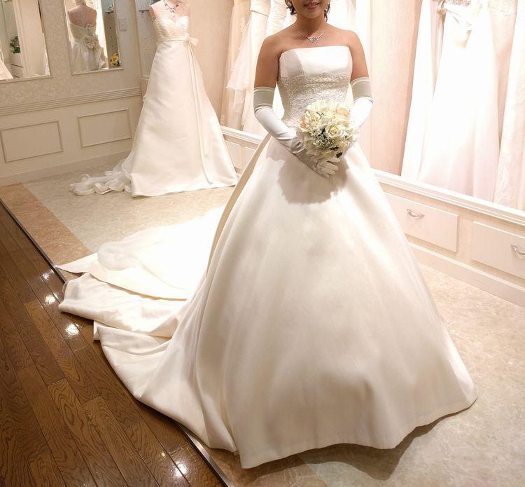 オフホワイトのウェディングドレス