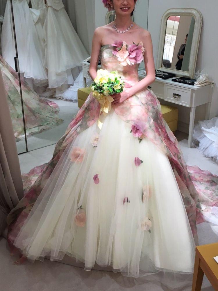 可愛さ抜群の花柄チュールが美しいドレス