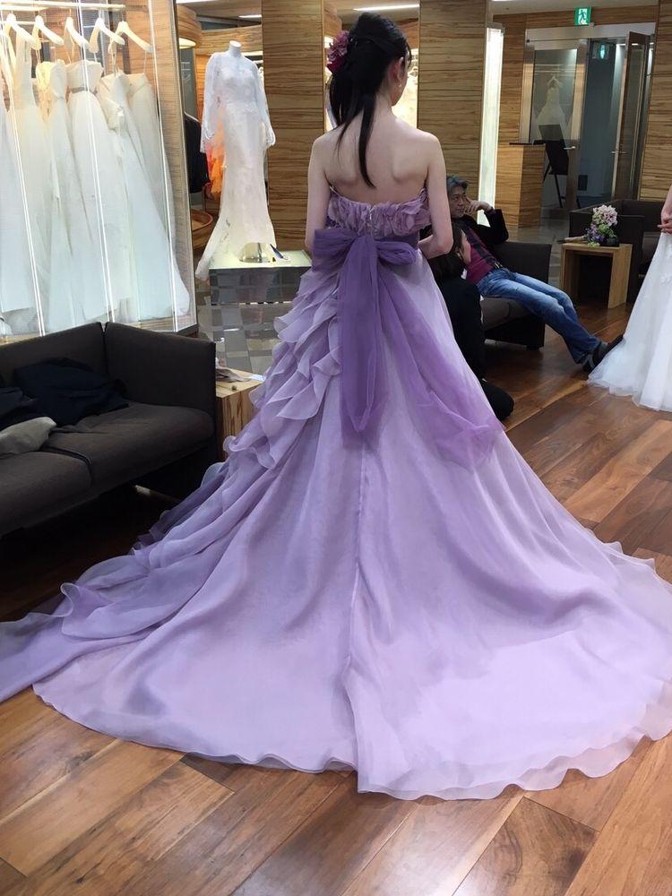 アシンメトリーなフリルが大人可愛いドレス