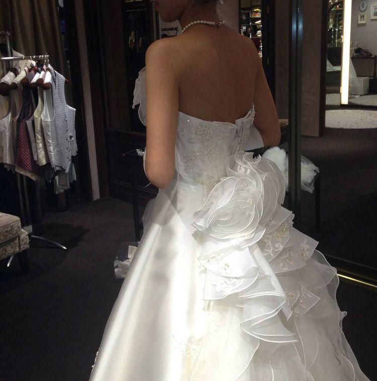 上品なビジューと後ろ姿も華やかなウエディングドレス