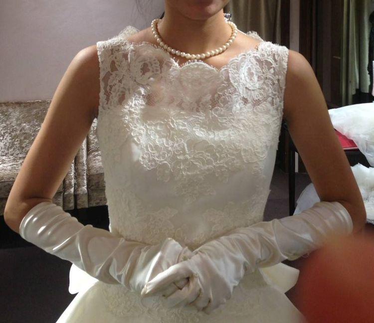軽やかなチュールと大きなリボンのウエディングドレス