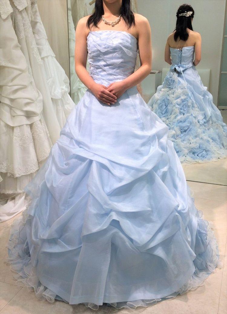 淡いブルーのドレスです