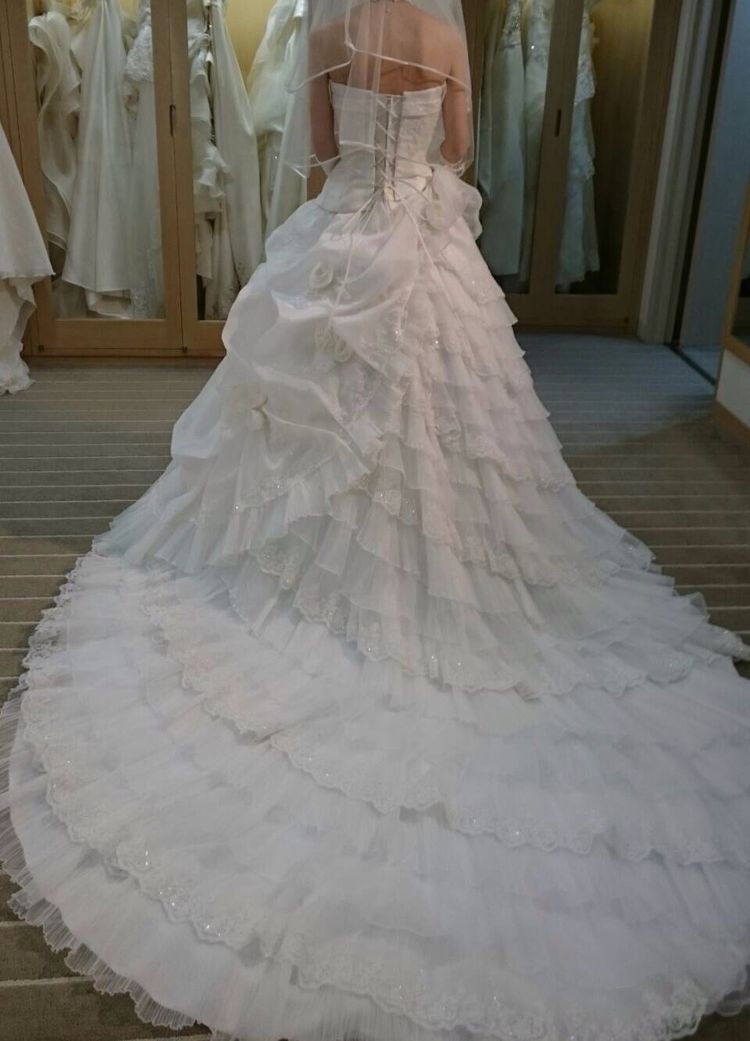 フリルのドレス