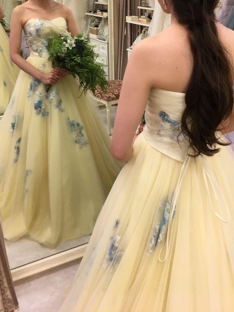 明るい印象の黄色いドレス!