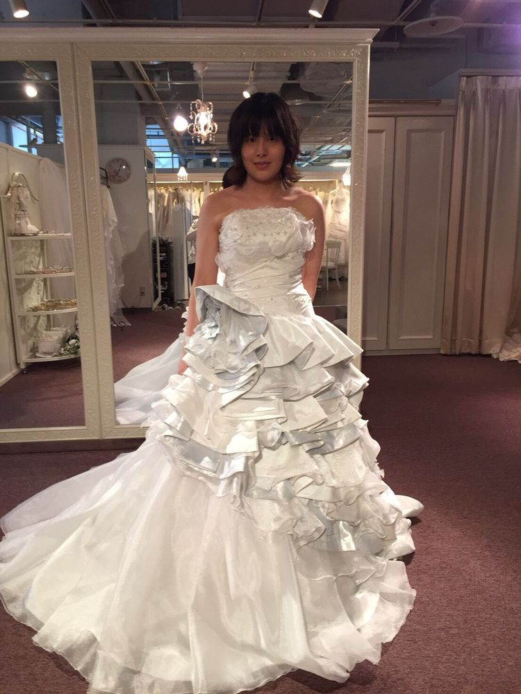 薄化粧でも素敵に着ることができるスタイリッシュなドレス