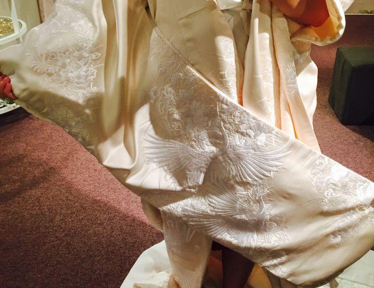 白の刺繍が浮きでてみえる生成りのお衣装です。