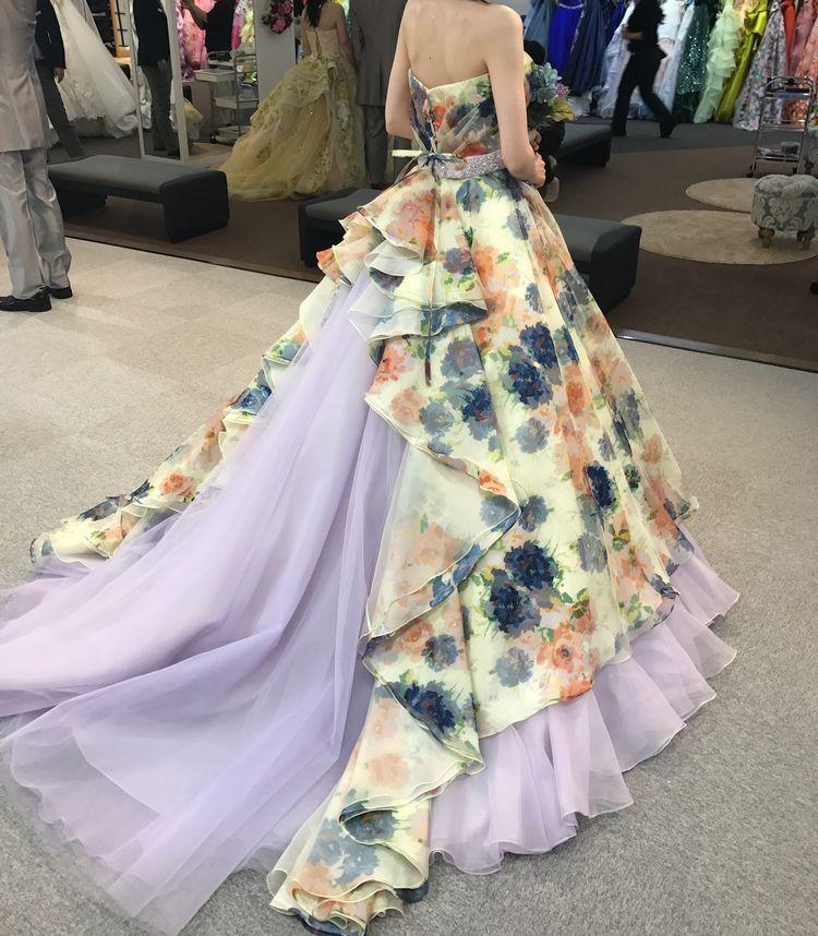 華やかなフラワープリントのドレス