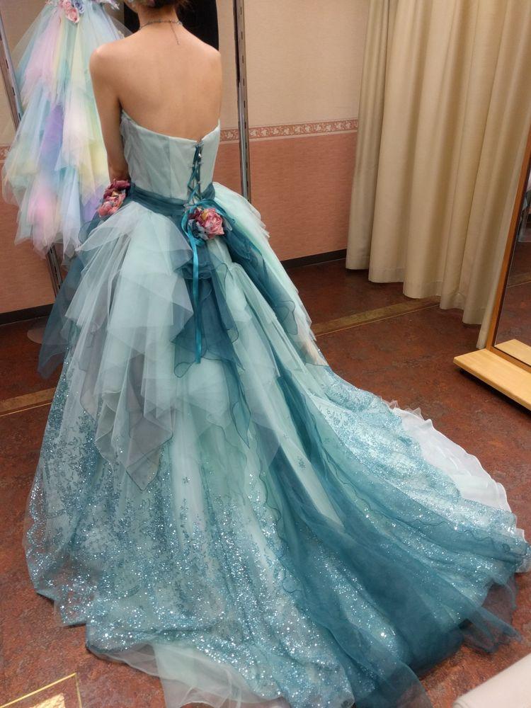 ラメが輝く水色のカラードレス