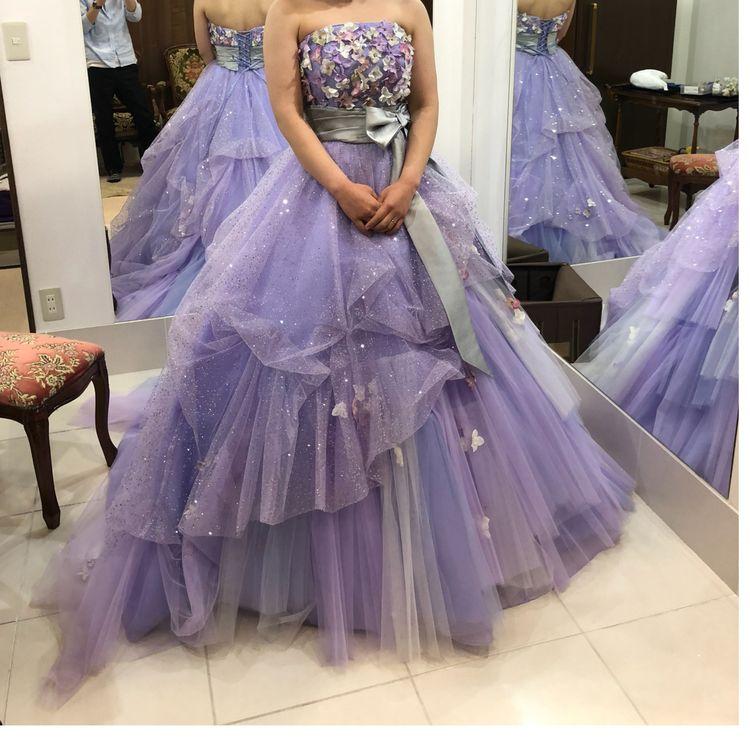 ラメ入りの紫が華やかなドレス