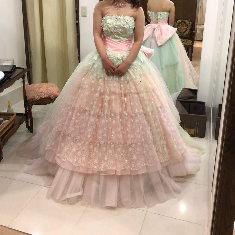 デザインも色も可愛らしいドレス