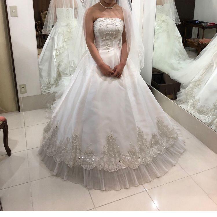 ビジューがきらびやかな白ドレス