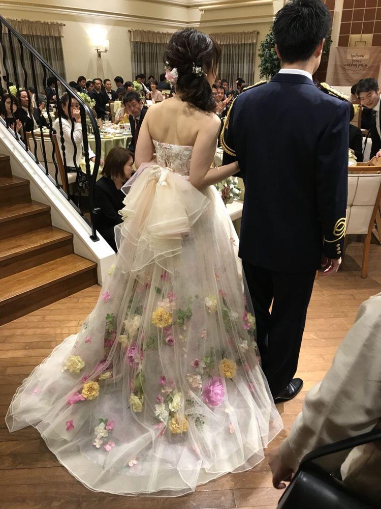 お花がたくさん付いたカラフルでかわいいドレスです♡