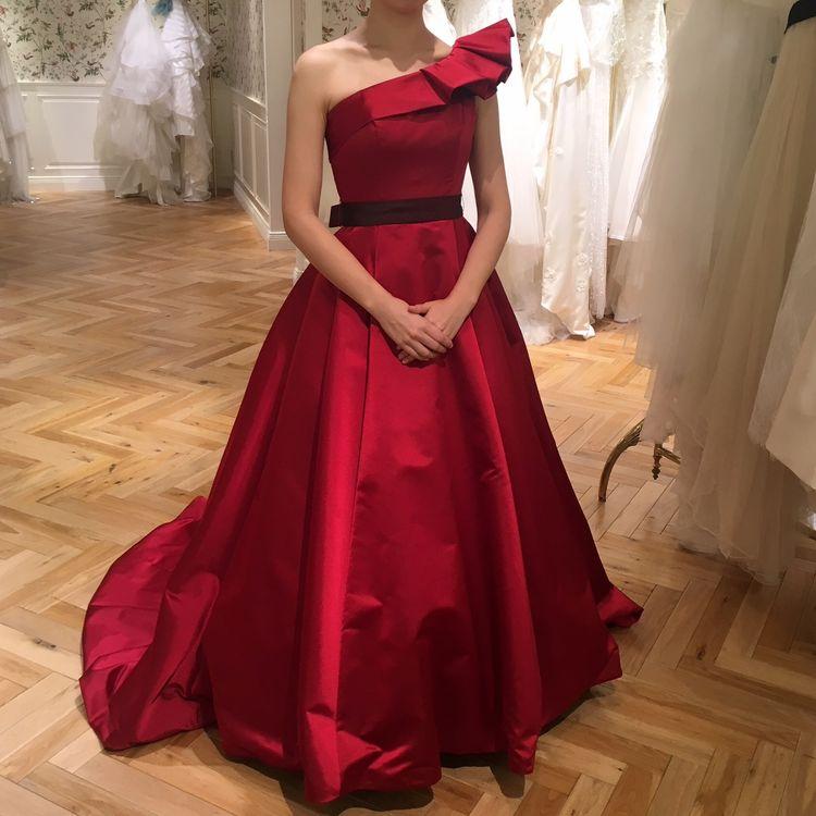 真っ赤なワンショルダードレス