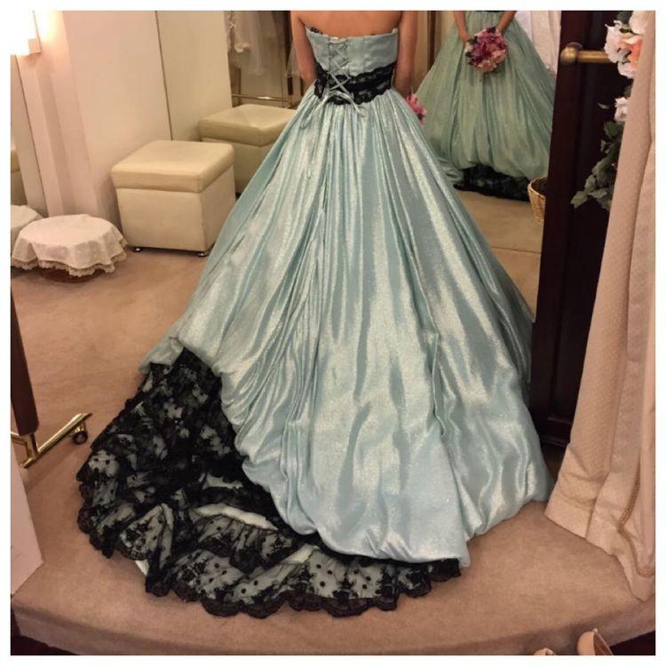 キラキラ素材がかわいいドレス