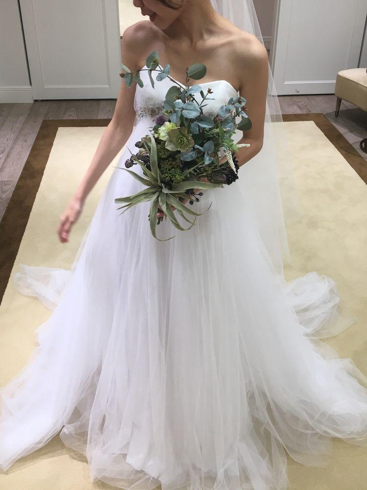 シンプルなベアトップのドレス