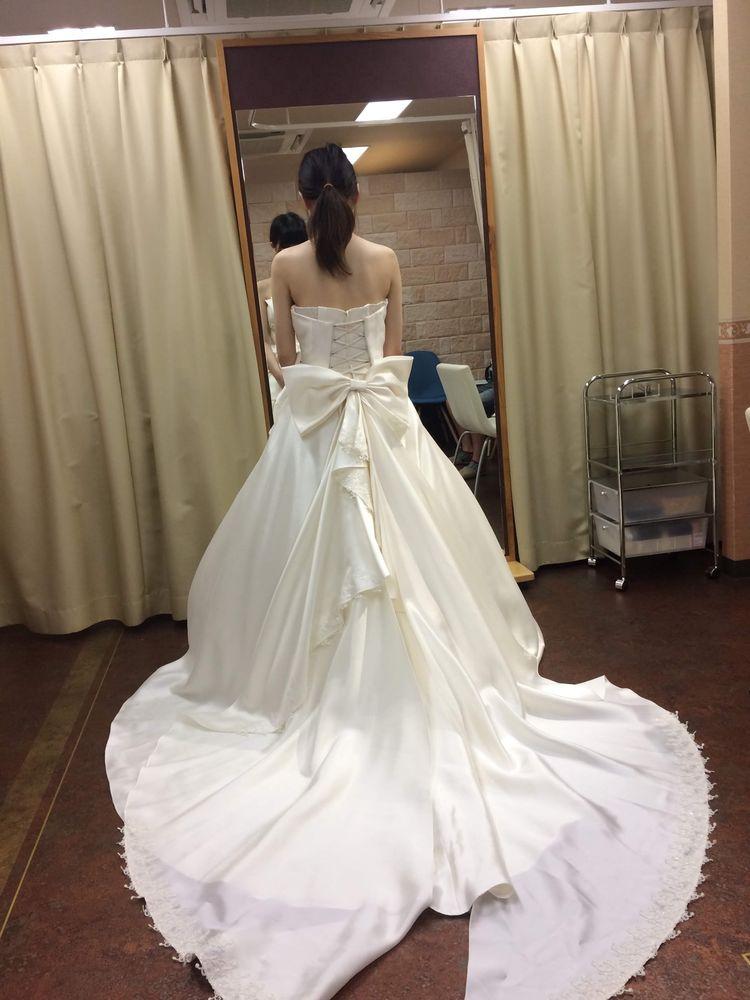 リボン付き白ドレス