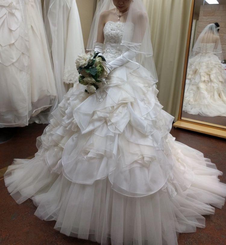 ボリュームのある白ドレス