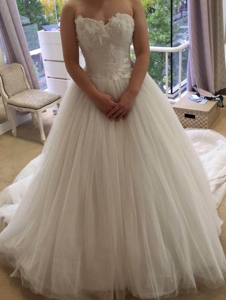 胸に花ビラのようなモチーフが付いた可愛らしいドレス