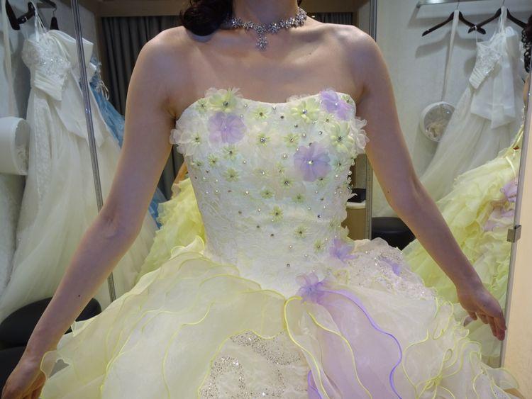 淡いイエローのふわふわドレス