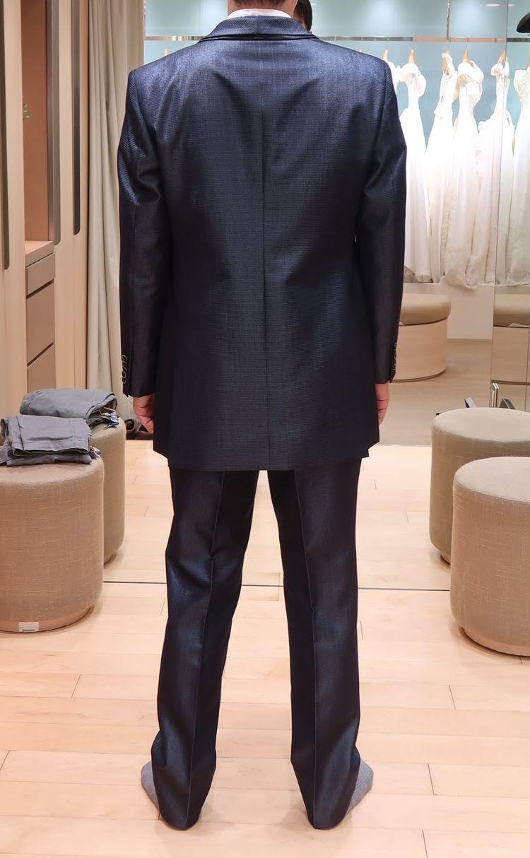遠目だとビジネススーツのようにも見える