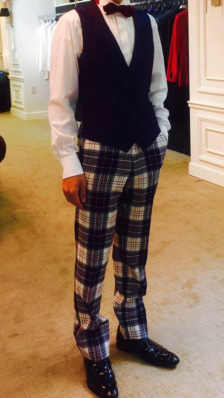 蝶ネクタイと紺色のチェックズボンでポップなタキシード