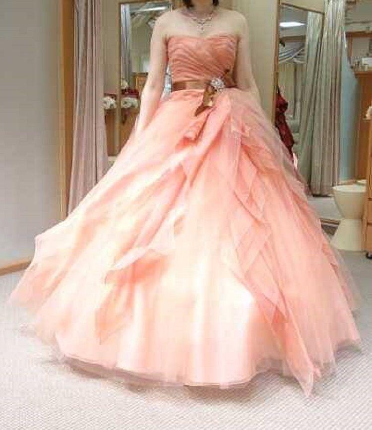 サーモンピンクが肌を綺麗に見せてくれるドレス