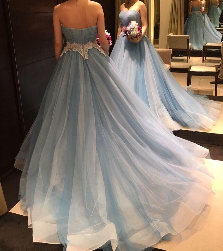 透き通るパステルブルーが素敵なドレス