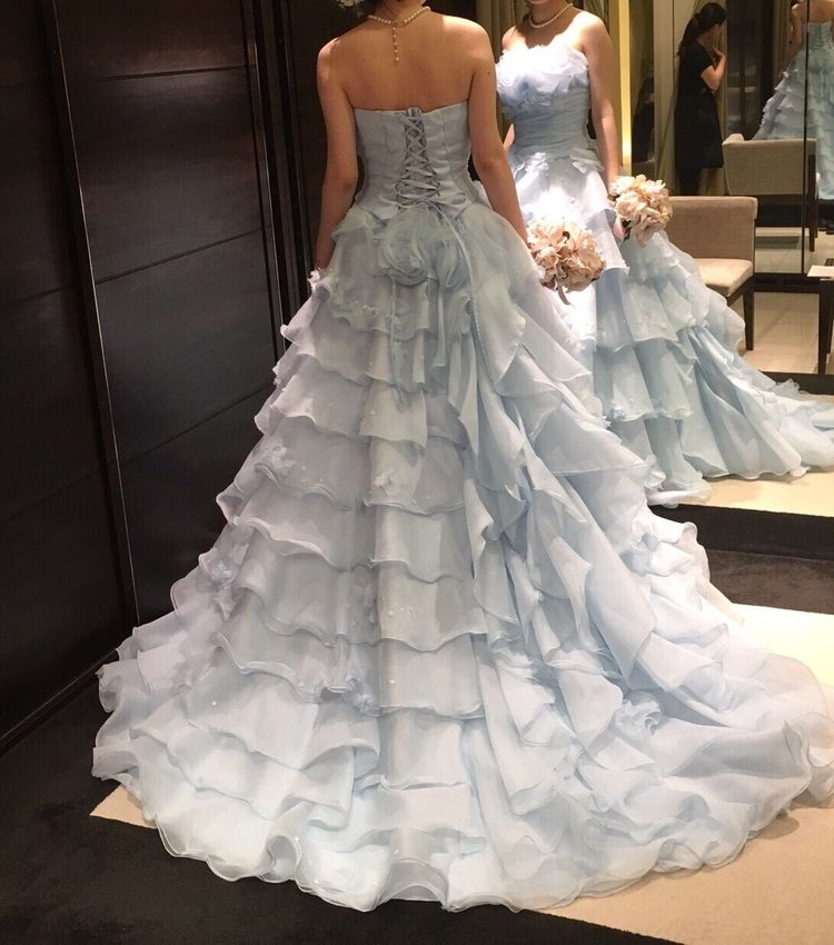 水色のフリルいっぱい可憐なドレス