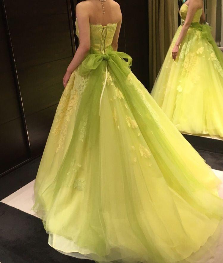 春に似合う黄緑色の可憐なドレス